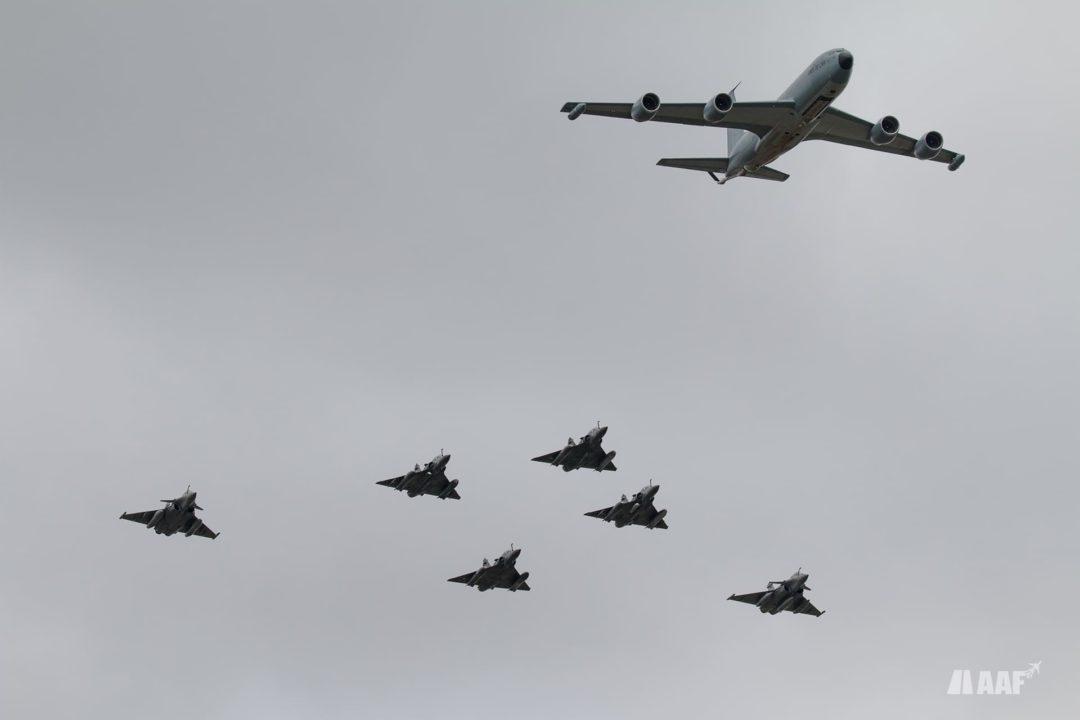 C135FR avion ravitailleur du ERVTS 1/31 Bretagne accompagné de 4 mirage 2000D de la 3e escadre de chasse et 2 rafales B de la 4e escadre de chasse