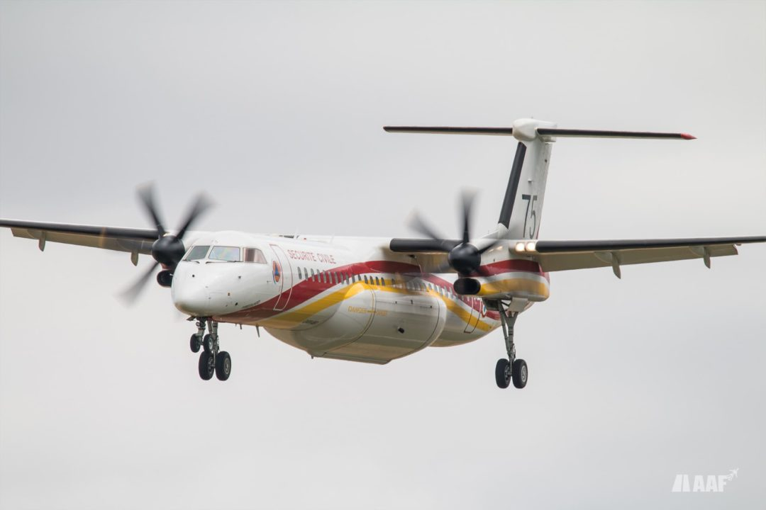 Avion bombardier d'eau Dash 8 / Q400MR de la sécurité civile à l'atterrissage