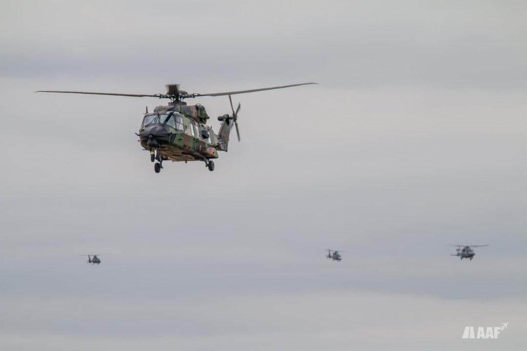 Hélicoptère NH90 Cayman de l'ALAT suivit d'un NH90 cayman, un dauphin et un panther AS565 de la Marine Nationale
