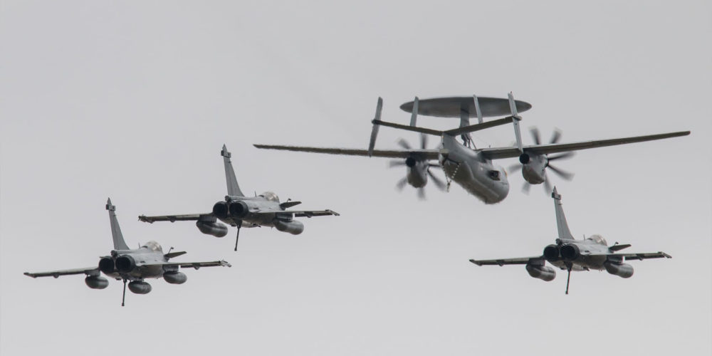 E2C Hawkeye accompagné de rafales M de la Marine Nationale