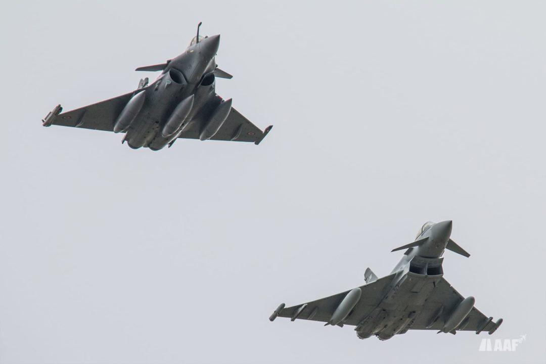 Rafale C de l'EC 3/30 Lorraine accompagné par un Eurofighter de la royal air force lors du défilé