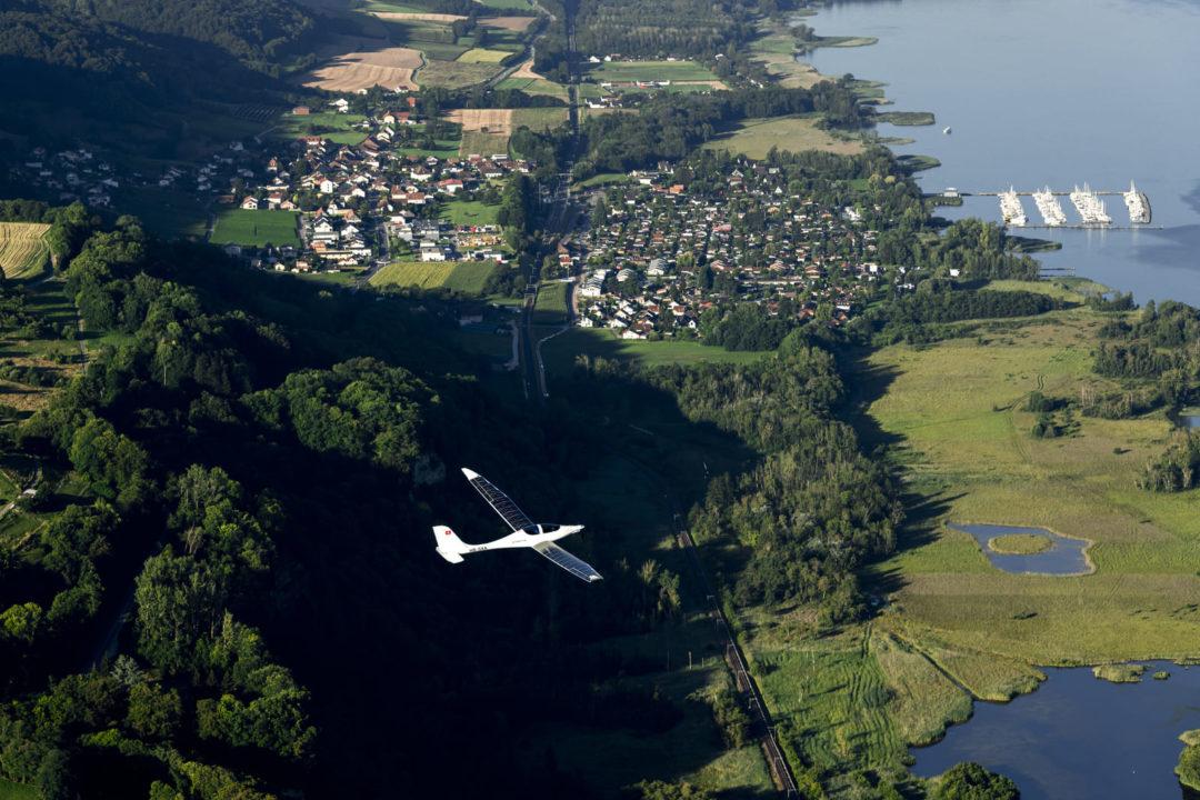 l'avion expérimental SolarStratos en vol au dessus de la campagne Suisse