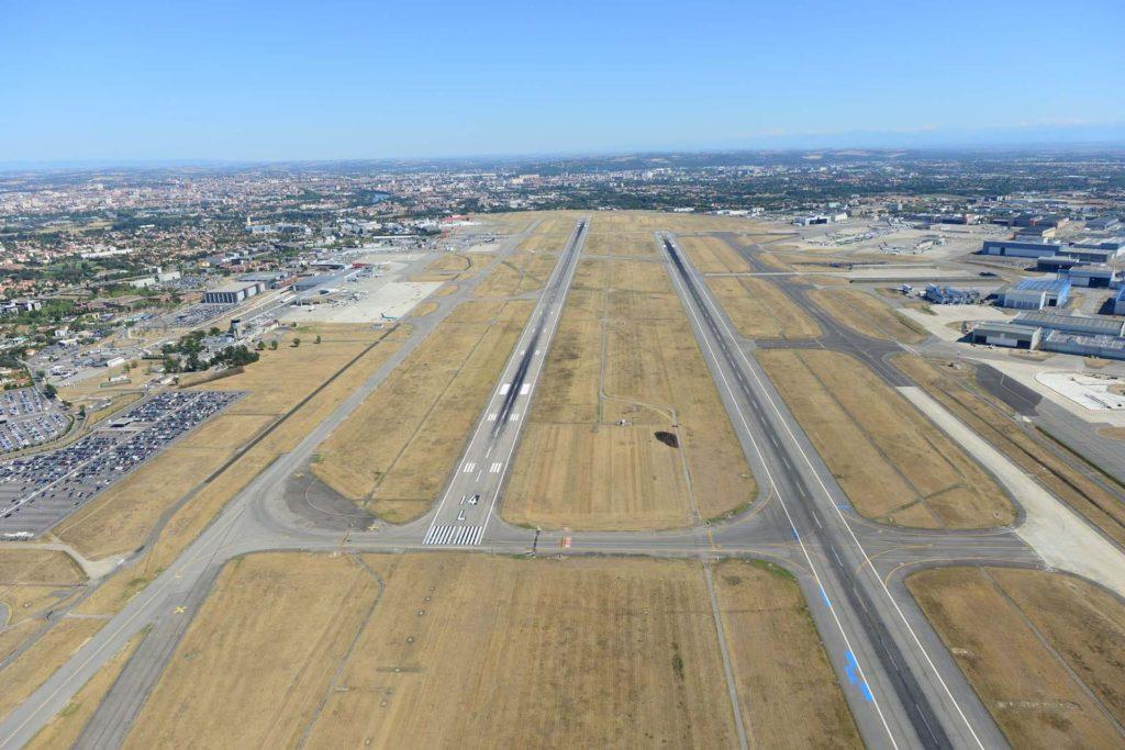 vue aerienne des deux piste de Toulouse-Blagnac