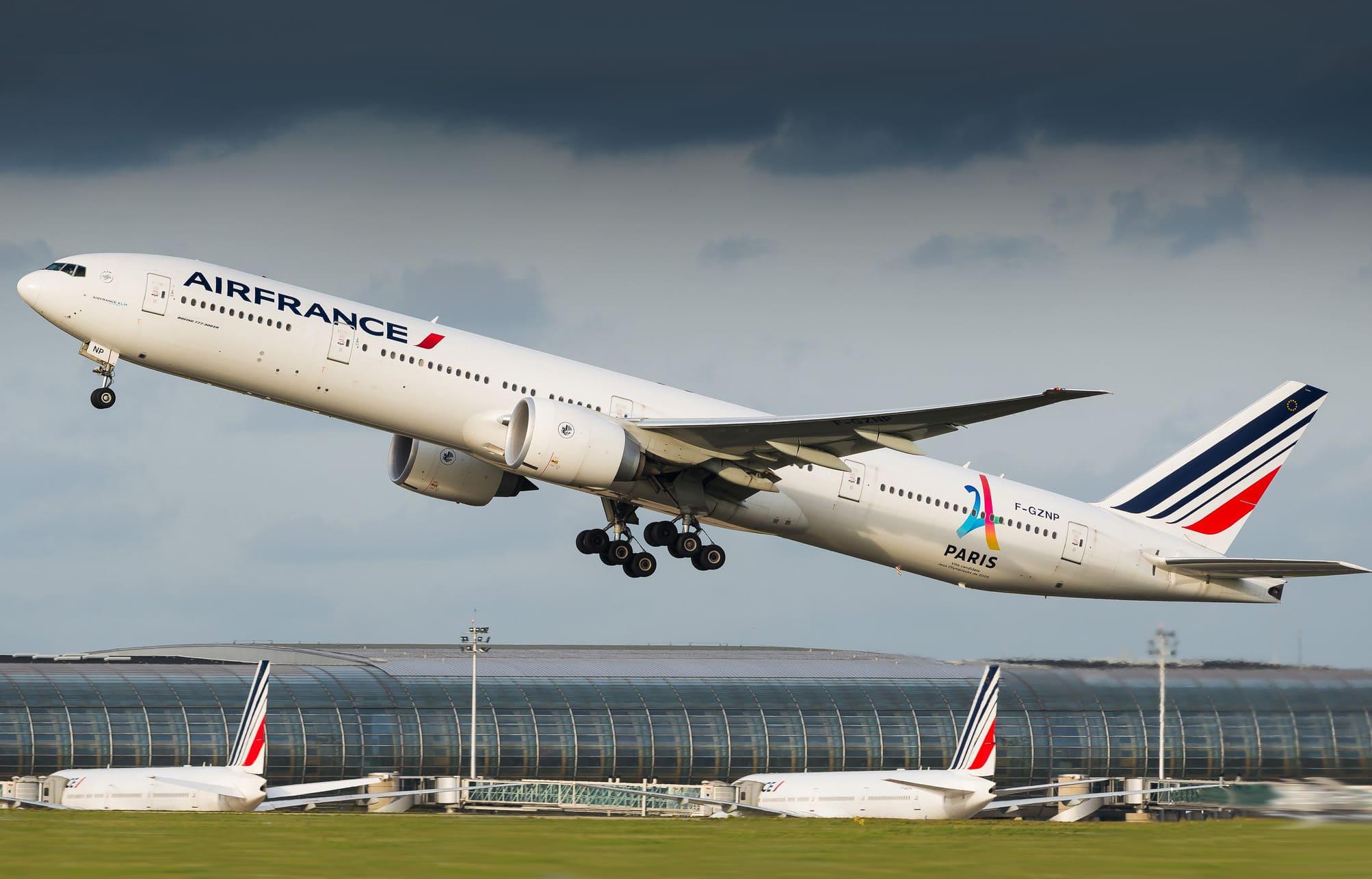 Boeing 777-328(ER) Air France F-GZNP au décollage de CDG