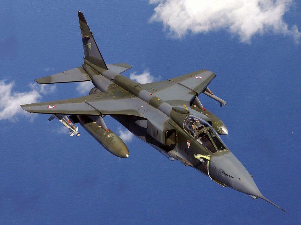 """Jaguar A de l'Escadron de chasse 1/7 Provence, portant l'insigne de l'escadrille SPA 77 (""""Croix de Jérusalem""""), au dessus de la mer Adriatique en support de la force de stabilisation le 8 avril 2003"""