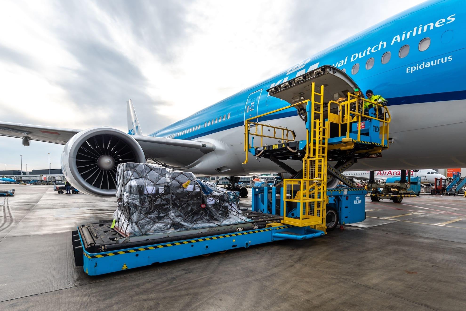 Chargement d'une soute cargo d'un avion KLM
