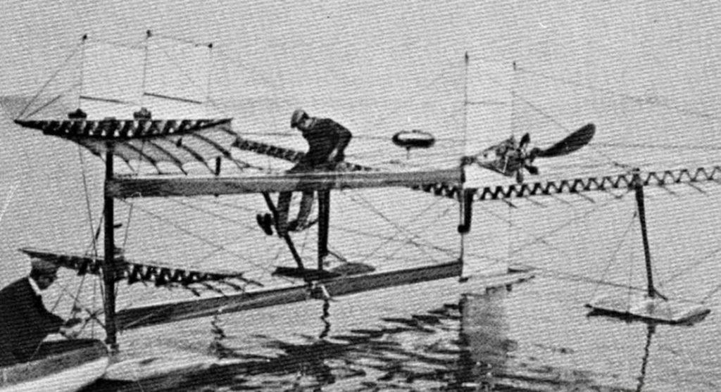 Henri Fabre sur son avion