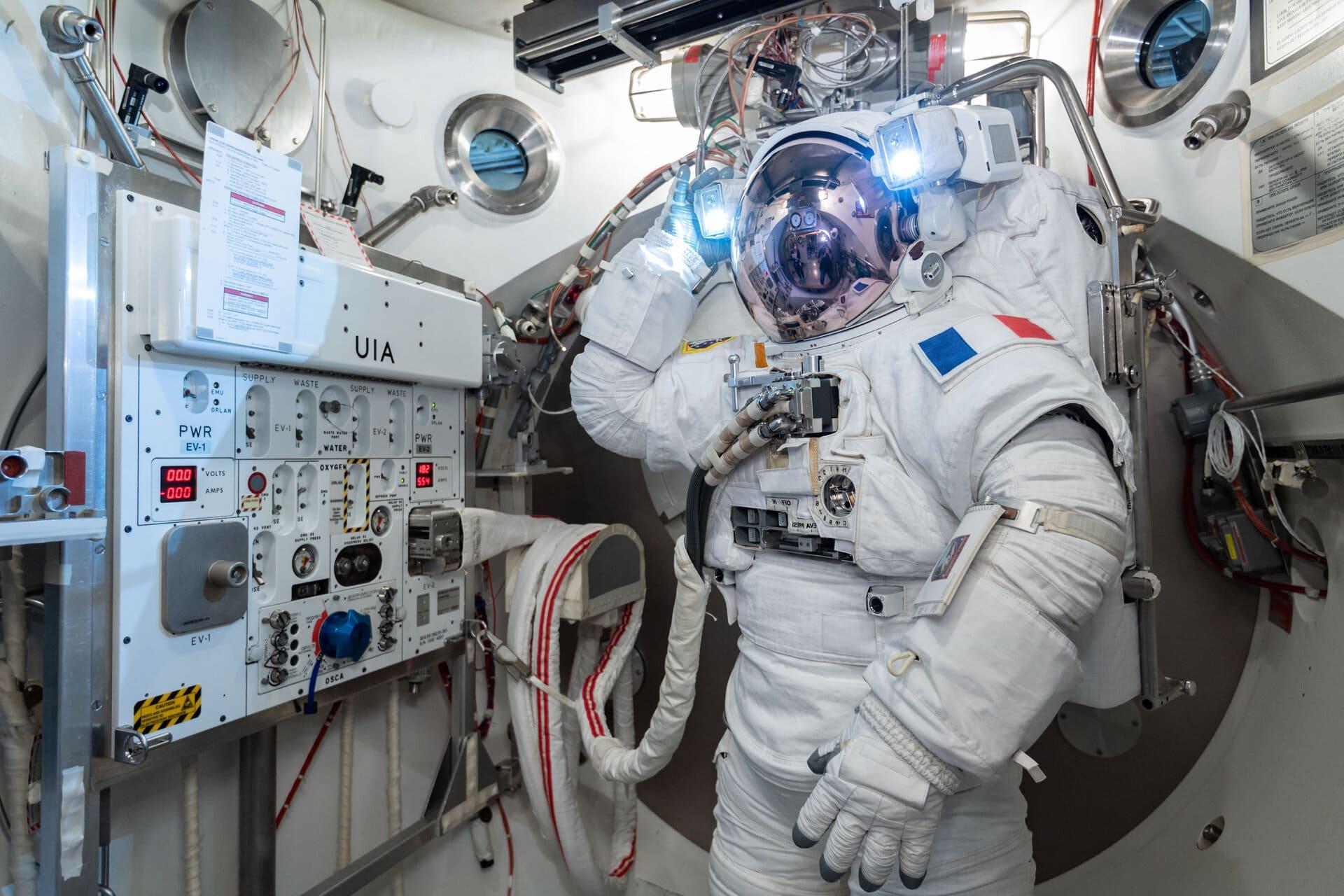 Thomas Pesquet teste sa combinaison spatiale pour les sorties extra véhiculaires