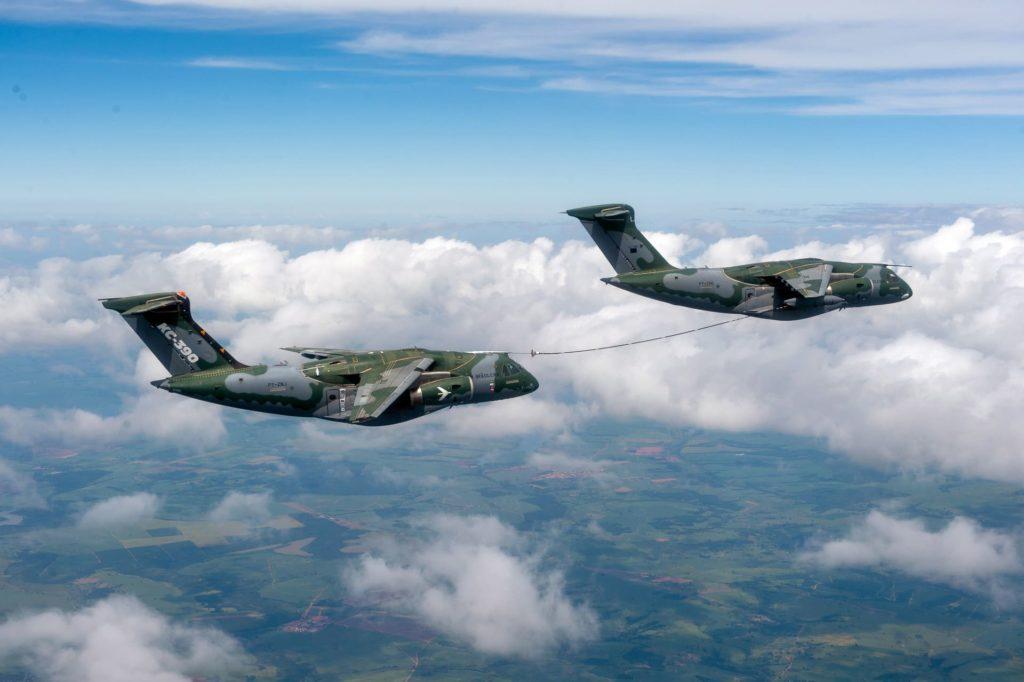 Deux KC-390 au contact pour le ravitaillement en vol